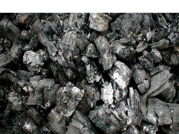 Уголь поможет сохранить воздух чистым и свежим – хоть в холодильнике, хоть в автомобиле. Насыпьте его в баночку и накройте крышкой с отверстиями.