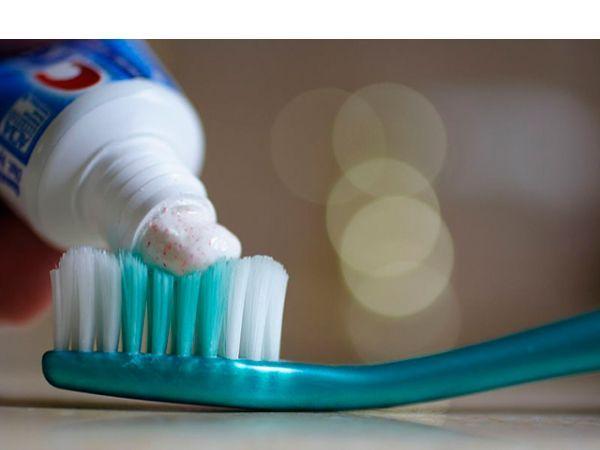 Зубная паста прекрасно очистит металлические поверхности ванной и кухни, а также поможет избавиться от запаха чеснока на руках. Необходимо всего лишь потереть в ладонях ее небольшое количество.