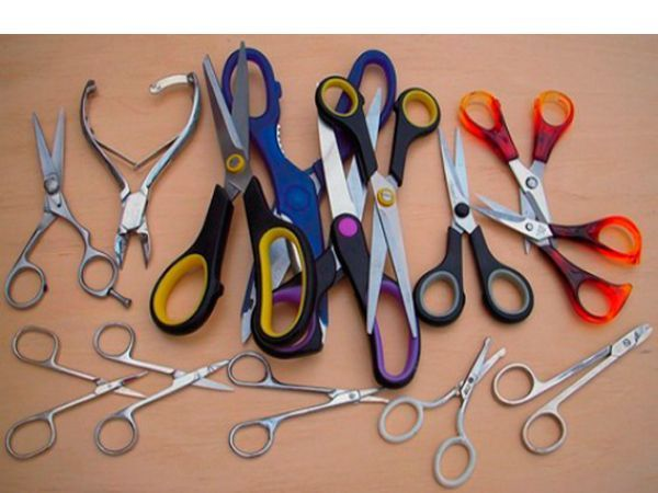 Алюминиевую фольгу можно использовать для заточки ножниц. Сложите лист фольги в несколько раз и порежьте её ножницами и лезвия станут острее.
