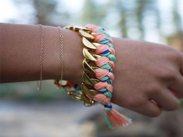 Чтобы сделать такой браслет, понадобится толстая металлическая цепочка, нитки мулине, ножницы. Очень красивый браслет, который подойдет к любому наряду.