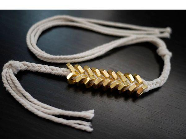 Что нам понадобится: 18-20 некрупных гаек, кусок толстой пряжи или верёвки из хлопка (хотя, яркая синтетическая тоже сойдёт), час времени.