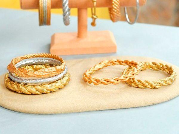 Для создания таких браслетов понадобится: веревка, клей ПВА, ножницы и акриловая краска золотистого цвета.
