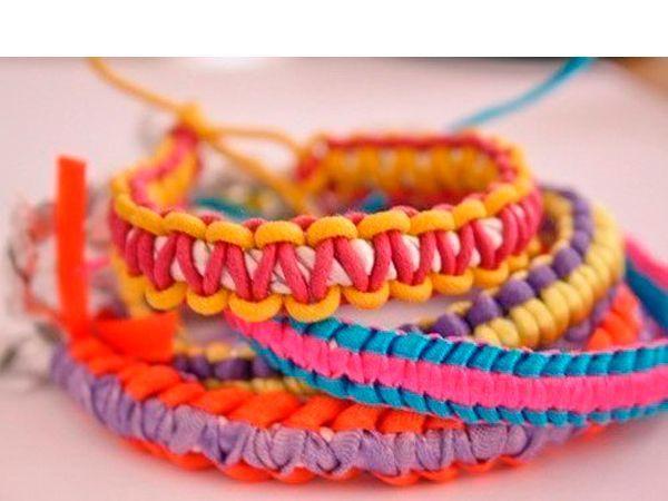 Чтобы сделать такой браслет, понадобится толстая веревка светлого цвета и тонкие цветные шнуры для плетения. Такой браслет подойдет молодой девушке.