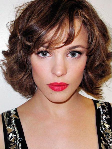 Подправьте форму бровей серо-коричневыми тенями или мягким карандашом. Не пользуйтесь темными стиками - грифель должен соответствовать оттенку ваших волос.