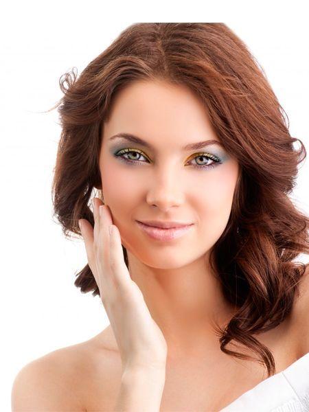 Когда создаётся макияж для карих глаз для шатенок, категорически необходимо избегать кукольно-розовой помады, голубых теней, тональной основы и румян в розовых оттенках.