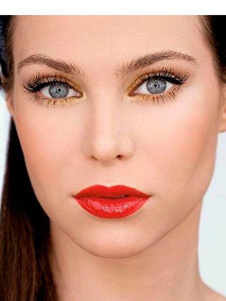 При желании поверх помады можно нанести прозрачный блеск. Для создания более стойкого макияжа губ, не забудьте их слегка припудрить перед нанесением губной помады.