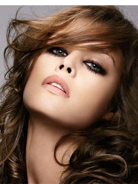 Что касается теней, то в дневном макияже глаз для брюнеток лучше всего обойтись естественными оттенками: песочным, нежно-коричневым или золотистым.