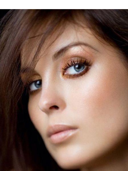 Вокруг глаз можно использовать подводку или карандаш, подойдут черный и коричневые оттенки. Что касается румян, то девушек со светлыми глазами украсят оттенки сиреневого и розовых цветов.