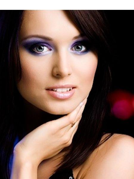Также необходимо помнить о том, что в макияже должно быть яркое что-то одно, если вы решили сделать, например,  smoky eyes, то губы должны иметь светлые оттенки.