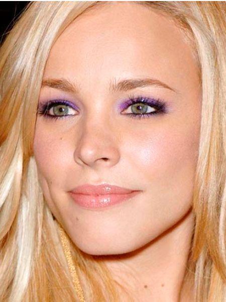 Блондинкам с голубыми глазами нельзя пользоваться тенями, имеющими зеленый и ярко-розовый цвет. Такой макияж создает эффект заплаканных глаз.