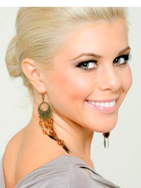 Пудра для блондинок должна быть светло-розовая, либо телесно-розовая (если кожа бледная), и желто-розовая (если кожа с желтоватым оттенком).