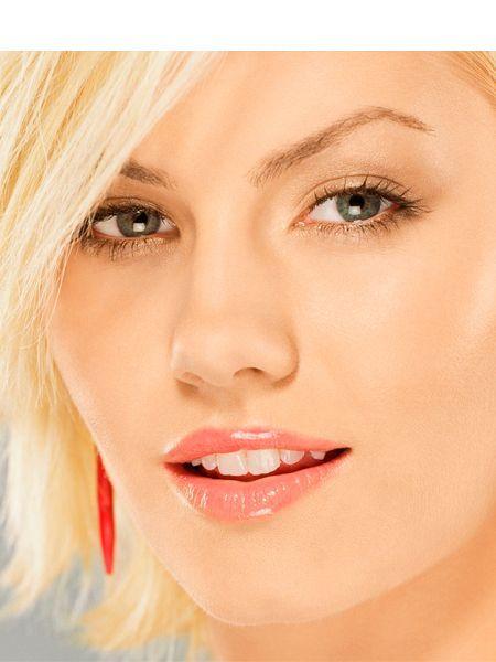 Для дневного макияжа следует отдавать предпочтение пастельным тонам помады. Также можно использовать полупрозрачную помаду, которая подходит к оттенку вашей кожи.