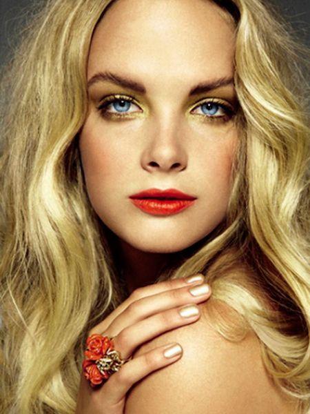 Для блондинок в дневном макияже рекомендуется использовать светлую матовую помаду с сероватым или бежевым оттенком. Акцент следует сделать на брови и глаза.