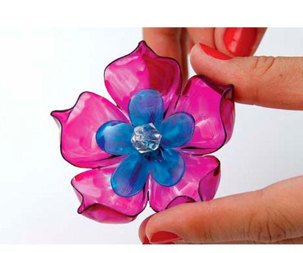 Такими яркими цветами можно украсить фоторамку, штору или любой другой предмет интерьера. Понадобится пластиковая бутылка, гвоздь, свеча, краска, кисть.