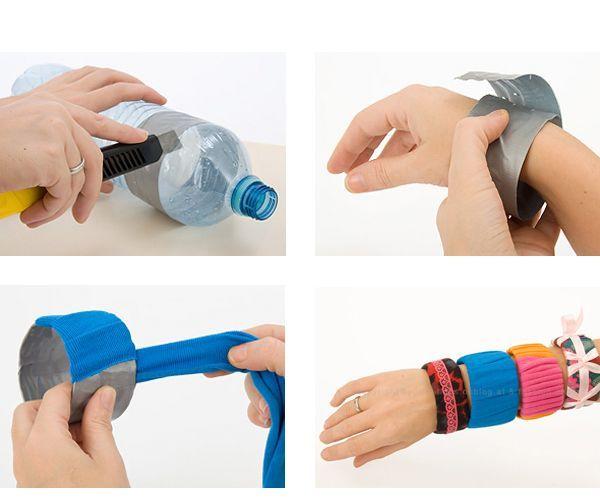 Из бутылки вырежьте полосу. Оберните ее вокруг руки, сделайте основу браслета. Оберните его тканью.