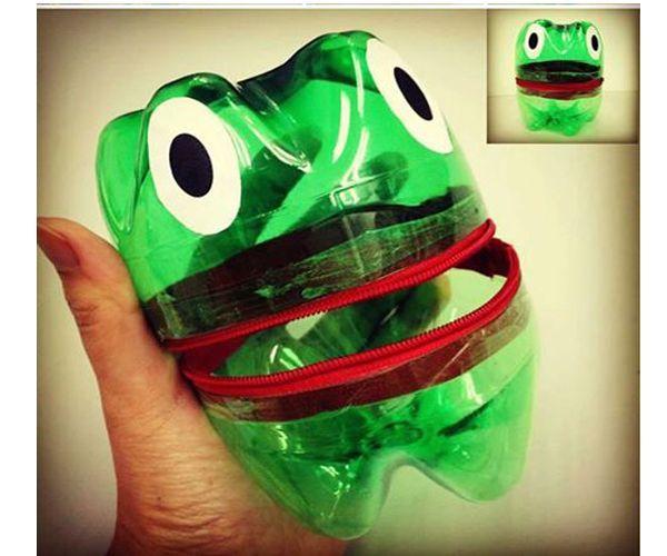 Можно сделать коробочку из пластиковой бутылки в виде забавной лягушки. Для этого понадобится бутылка зеленого цвета.