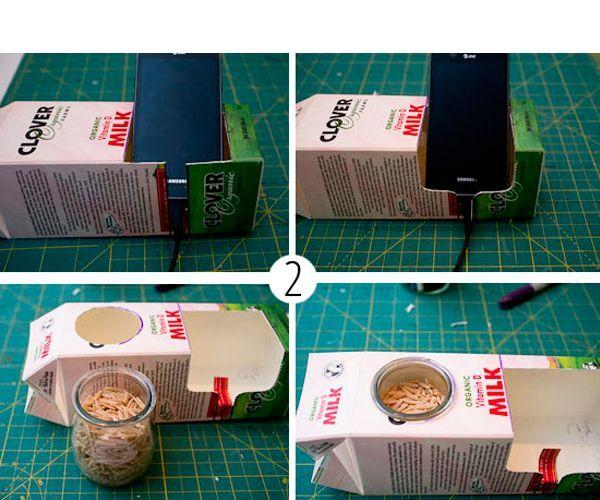 Определите будущее место расположения телефона и обозначьте границы. Начинайте вырезать прямоугольник у согнутой части коробки. Противоположную же сторону вырежьте так, чтобы остался небольшой запас для опоры.