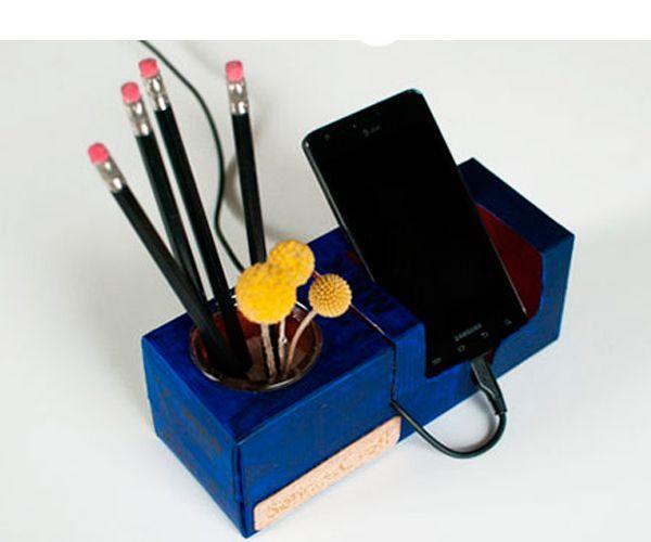 Удобную подставку для телефона можно сделать из самой обычной и ненужной коробки из-под молока. Вам понадобится:  коробка из-под молока, ножницы и канцелярский нож, баночка краски, кисть, любые декоративные элементы по желанию.