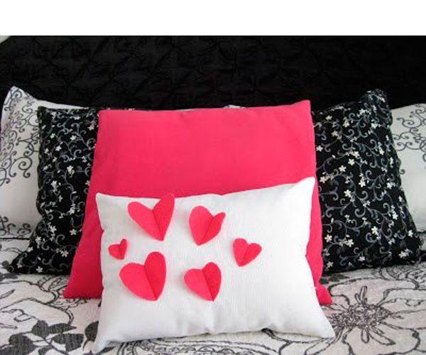 Такая подушка не только красива, но и удобна. А шить ее очень просто. Вам понадобится ткань двух цветов и наполнитель.