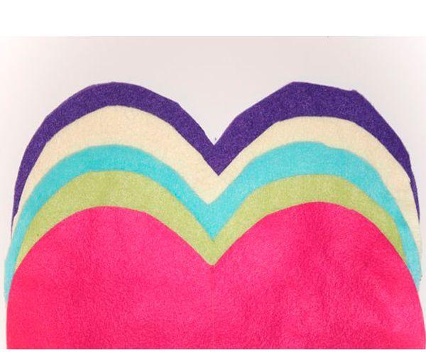 Выкройте из материала разных цветов сердечки одинакового размера. Каждой детали должно быть 2.