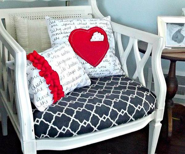 Для изготовления таких подушек вам понадобится: белая ткань для основы, маркер, красная ткань для декора, ножницы, нитки, иголка, наполнитель.