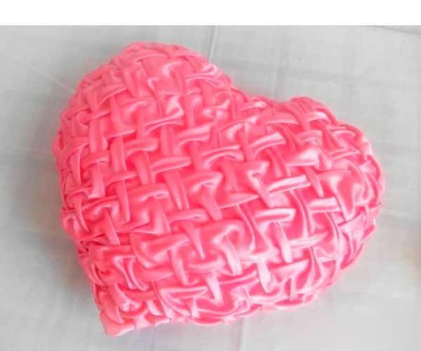 Сшить такую подушку можно из таких тканей, как крепсатин, габардин, флис и подобное. Главное, чтобы ткань не мялась. В качестве наполнителя используйте синтепон либо холлофайбер.
