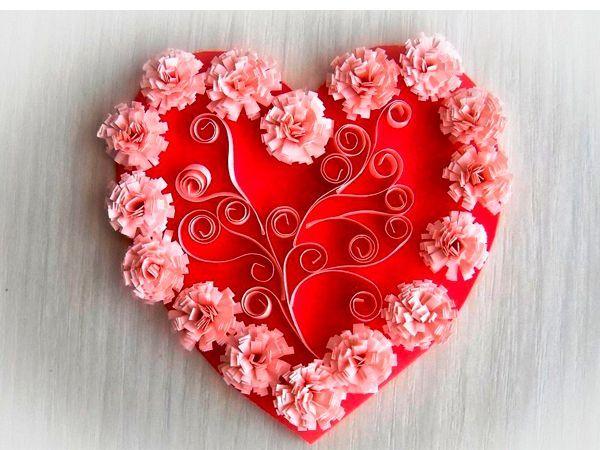Это красивое сердечко украшено в технике квиллинг. Нам понадобится красный картон, розовая бумага.