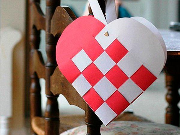 Двухцветное сердечко можно подарить на День Валентина своей второй половинке. Для его изготовления понадобится белая и красная бумага.