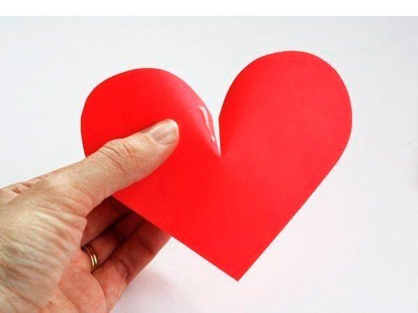 Сделаем надрез по центру сердечка. Смажем края клеем и соединим.