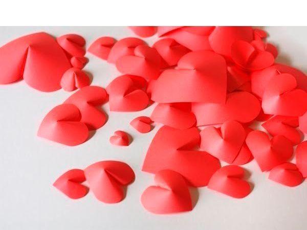Такими объемными сердечками можно декорировать стену. Также можно использовать их как элемент открытки ко Дню Святого Валентина.