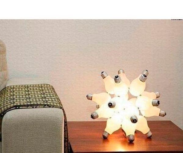 Из перегоревших лампочек можно сделать оригинальный светильник. Пригодятся такие материалы: 20 лампочек, карандаш, бумага, линейка, липучка, клей, ножницы, шнур, лампочка, патрон.