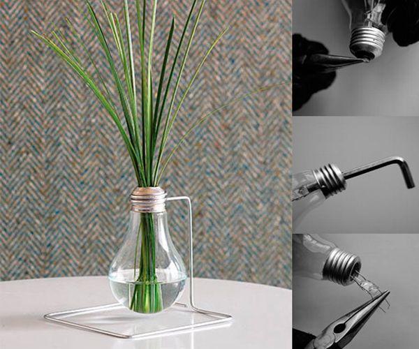 Из перегоревшей лампочки можно сделать миниатюрную настольную вазу. Нужно разобрать цоколь. Из толстой проволоки согнуть петлю-подставку, присоединить ее к лампочке.
