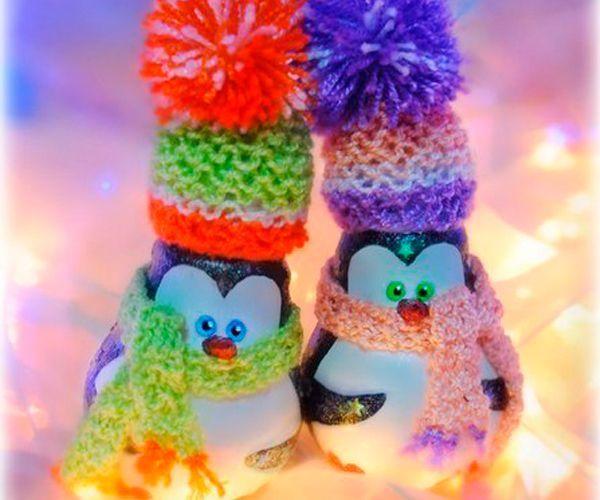 Забавных снеговичков можно сделать из перегоревших лампочек, ниток, пластики и акриловых красок. Таких снеговичков можно использовать как елочные игрушки.