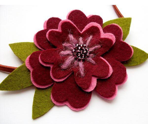 Для изготовления таких цветов нам понадобится: фетр зеленого, бордового и розового цветов, шерстяные нитки, бисер, ножницы, бумага, иголка.