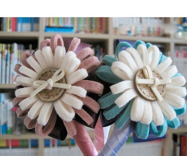 Из таких цветочков можно сделать заколку, украсить ими ободок, сумку или одежду. Нам понадобится фетр двух цветов, большая пуговица, атласная лента.