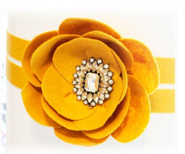 Этот великолепный цветок может стать отличным украшением для любой одежды, будь то пиджак, жакет или пальто. Самое главное – подобрать гармоничный цвет и выбрать нужный размер.