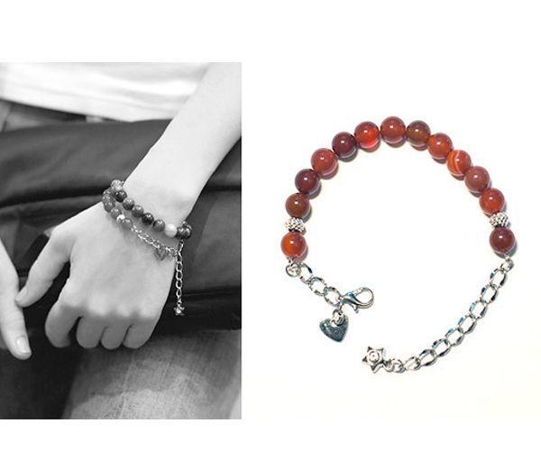Такой браслет понравится всем модницам. Для его изготовления можно использовать натуральные камни или обычные бусины.