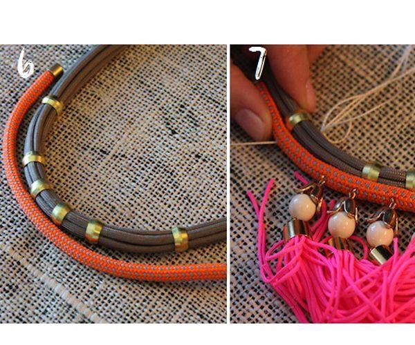 Тонкие шнуры нарежьте на равные отрезки и наденьте на них бусины с большим отверстием или плоские кольца. Совместите вместе сборку из тонких шнуров и толстый шнур и начинайте их сшивать между собой.