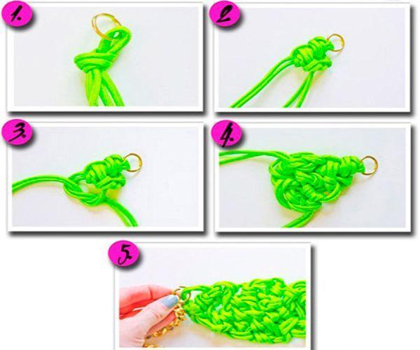 Проденьте шнур через кольцо, завяжите узлом. Связывайте узелки так, как показано на фото. Закрепите цепочку и застежку.