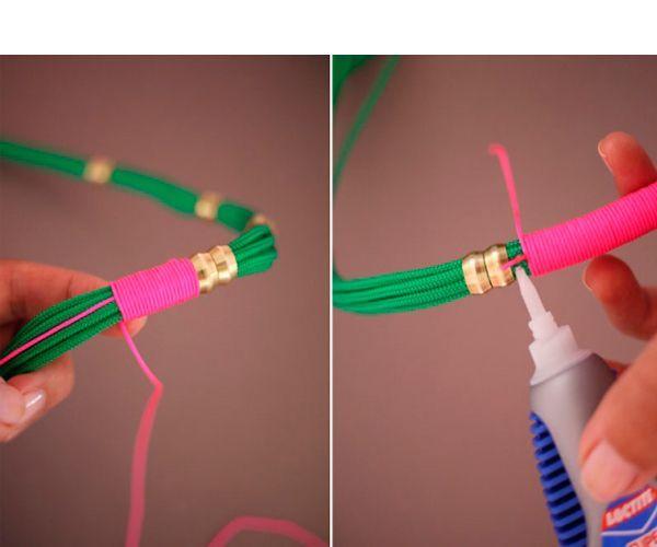 Обмотайте декоративный шнур вокруг веревки до конца, и не доходя до следующей втулки нанесите немного супер клея и закрепите конец.
