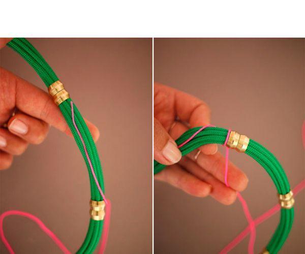 Сначала проведите конец декоративного шнура вдоль места, где хотите его обмотать от одного латунной втулки до следующей, а потом, держа пальцем за этот конец, обмотайте шнур на веревку в обратном направлении, тем самым, обматывая конечную часть самого себя. Это делает обмотку более крепкой.