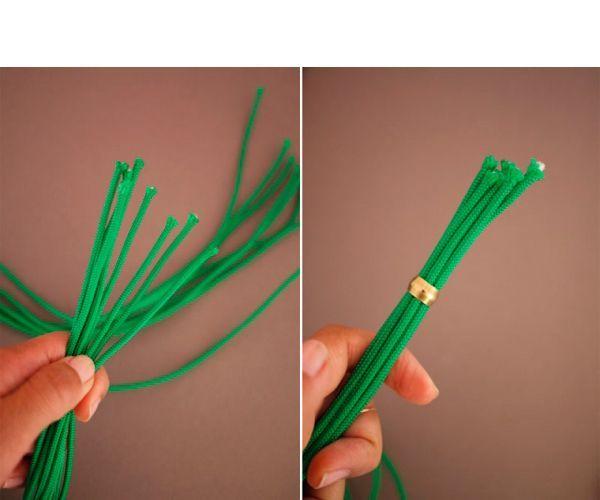 Для начала разрежьте веревку на 8 частей. Соберите все части в одну единую прядь. Сожмите конец пряди и проведите его через латунные втулки.