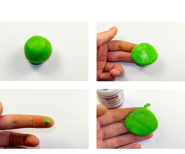 Скатаем шарик, придадим ему плоскую форму. Сделаем хохолок.