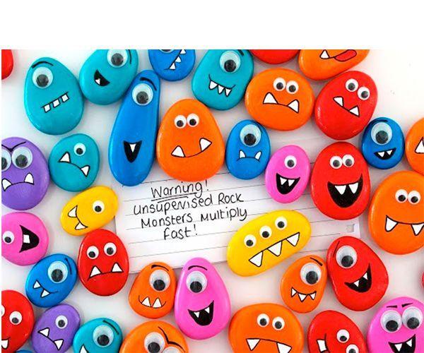 Магниты в виде монстриков смотрятся очень забавно. Для их изготовления нам понадобятся: галька, акриловые краски, кисточка, декоративные глазки, клей, магниты, лак.