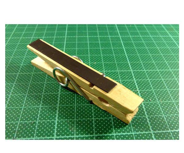 К обратной стороне прищепки с помощью клея прикрепим магнитную ленту.