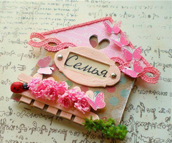 Такой магнит может стать прекрасным подарком! Нам понадобится: бумага, картон, скрап-бумага, кракелюр, элементы декора и клей.