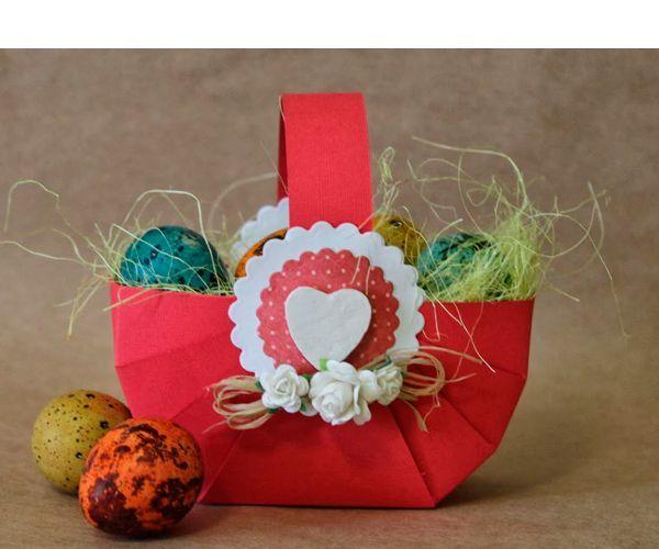 Для создания такой корзинки вам понадобится: цветной картон, карандаш, ножницы, клей, бумажный декор, лента.