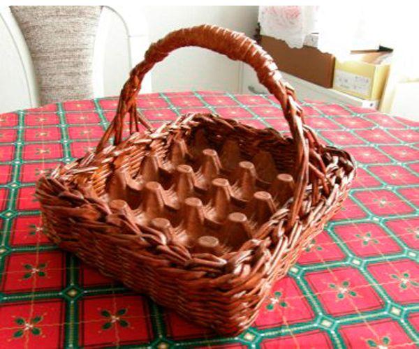 Вам нужно для работы: яичный трафарет на нужное количество яиц,  крепкая картонная основа – дно корзинки, газетные трубочки.