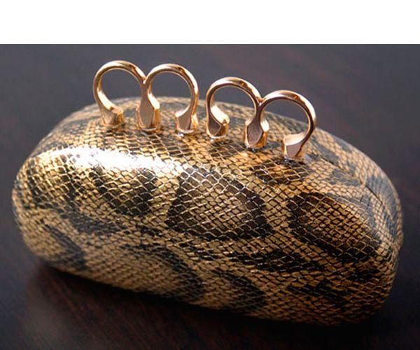 Сделать клатч-футляр проще простого. Для этого нам понадобится: футляр для очков, кольца, прозрачный быстросохнущий клей.