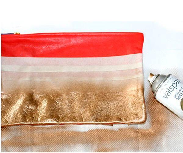 Заклеиваем скотчем поверхность сумки, оставляя полосы, которые нужно закрасить. Наносим краску, сушим и снимаем скотч. Клатч готов!